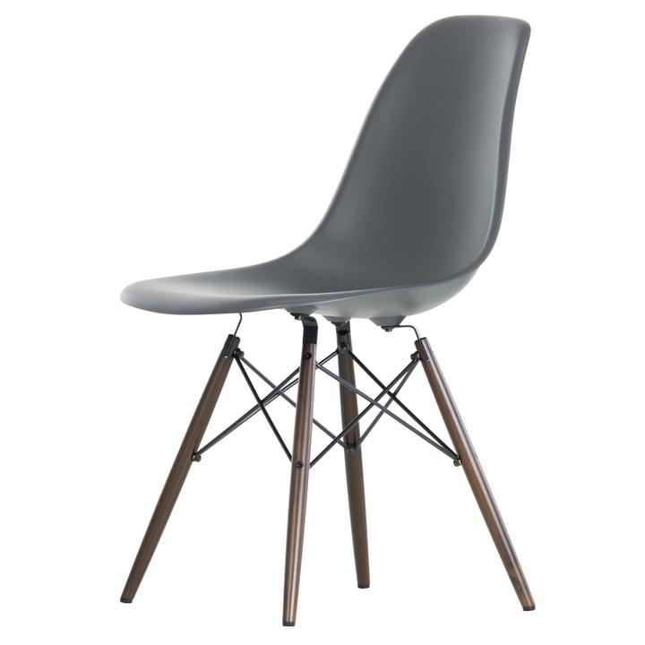 Eames Plastic Side Chair DSW von Vitra in Ahorn dunkel / basalt