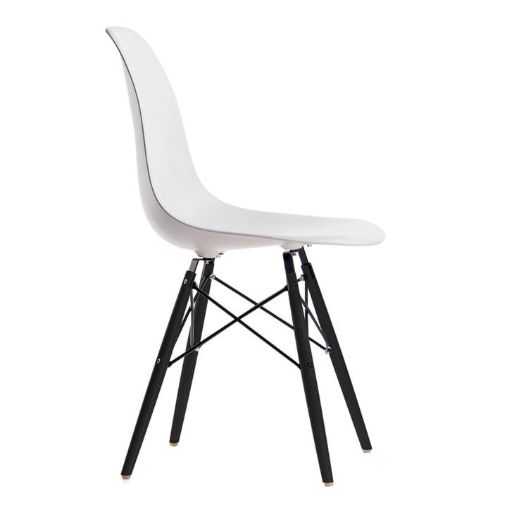 Eames Plastic Side Chair DSW von Vitra in Ahorn schwarz / weiß