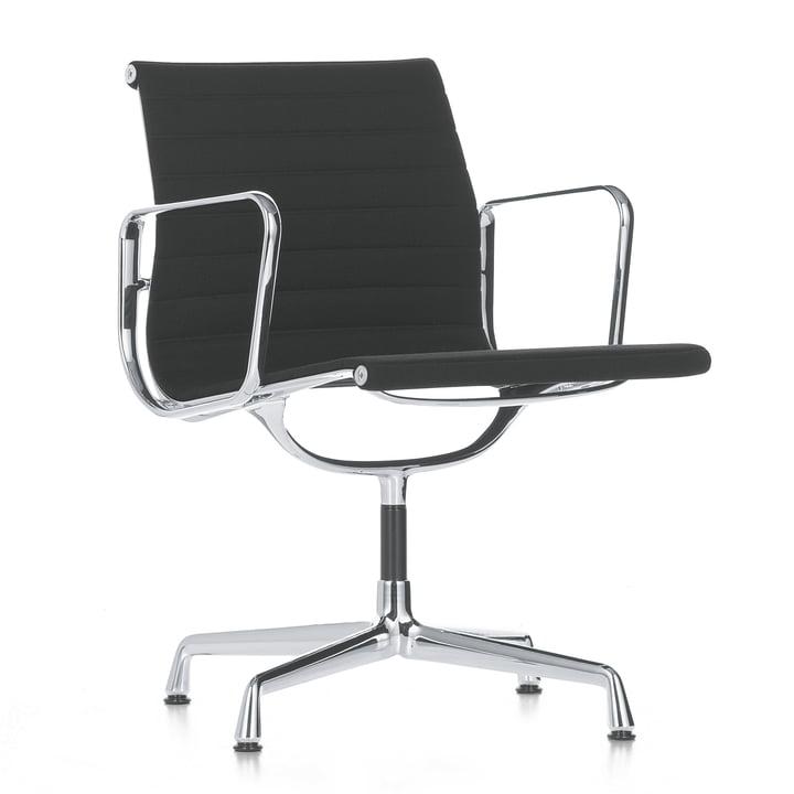 Der Alu-Chair EA 107 von Vitra - poliert nicht drehbar, mit Armlehnen