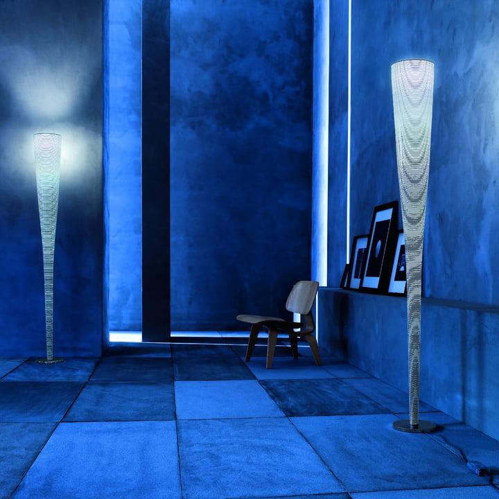 Die Foscarini - Mite LED Stehleuchte stilvoll arrangiert