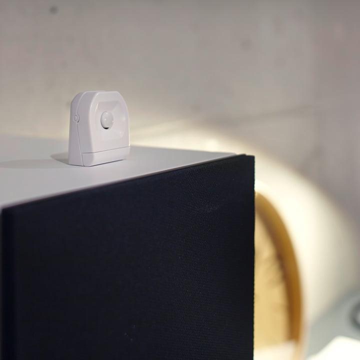 Der Osram - SMART+ Motion Sensor Bewegungsmelder auf dem Tisch platziert