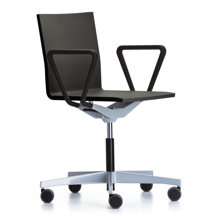 Der Vitra - .04 Atelier Bürodrehstuhl mit Armlehnen, pulverbeschichtet schwarz / basic dark (Rolle weich gebremst für harte Böden)