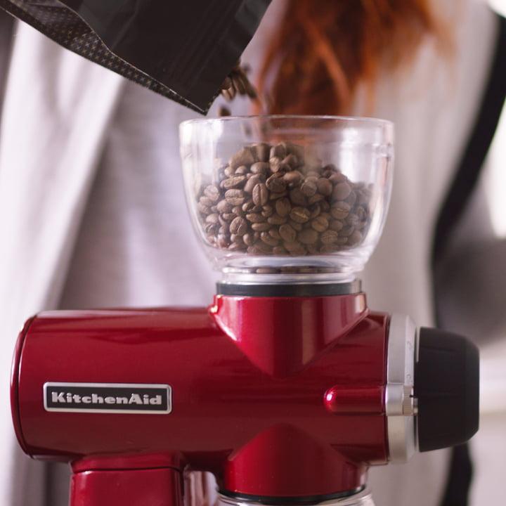 Die KitchenAid - Artisan Kaffeemühle beim Einfüllen des Kaffees
