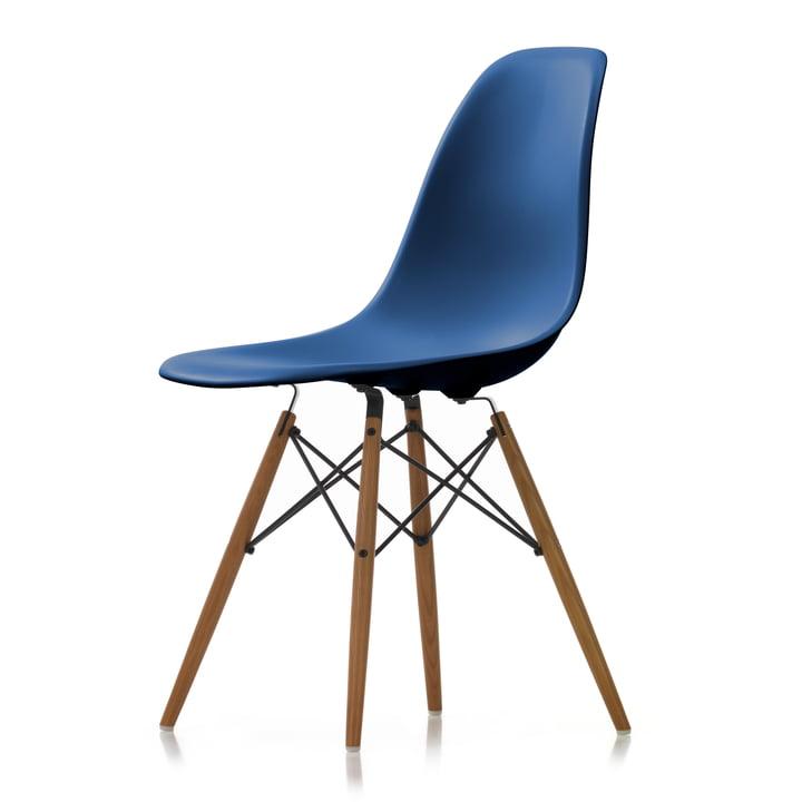 Eames Plastic Side Chair DSW von Vitra in Esche honigfarben / marineblau