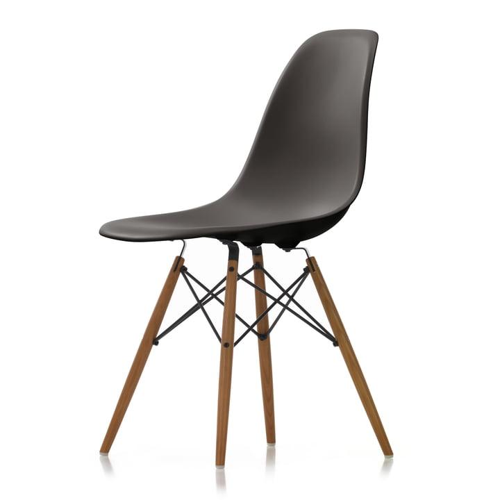 Eames Plastic Side Chair DSW von Vitra in Esche honigfarben / basalt