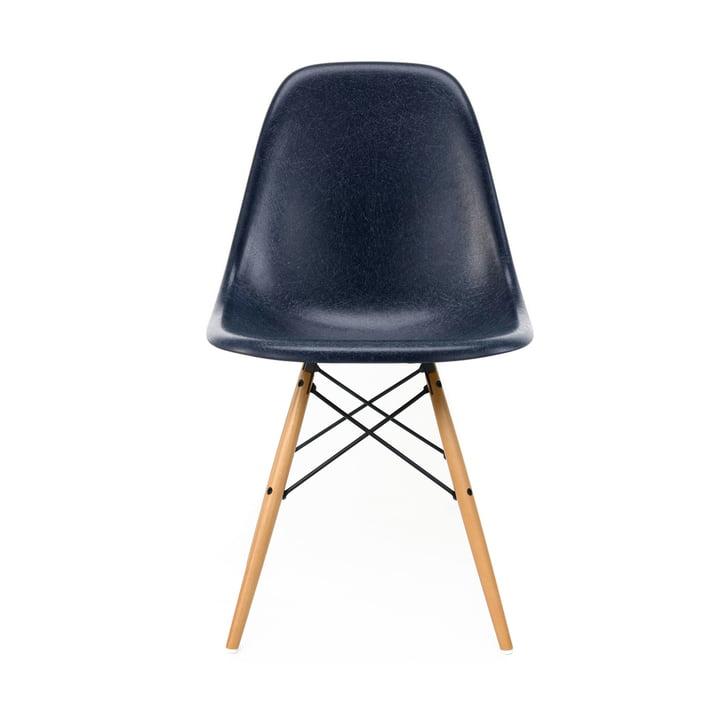 Eames Fiberglass Side Chair DSW von Vitra in Ahorn gelblich / Eames navy blue