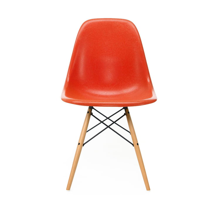 Eames Fiberglass Side Chair DSW von Vitra in Ahorn gelblich / Eames red orange