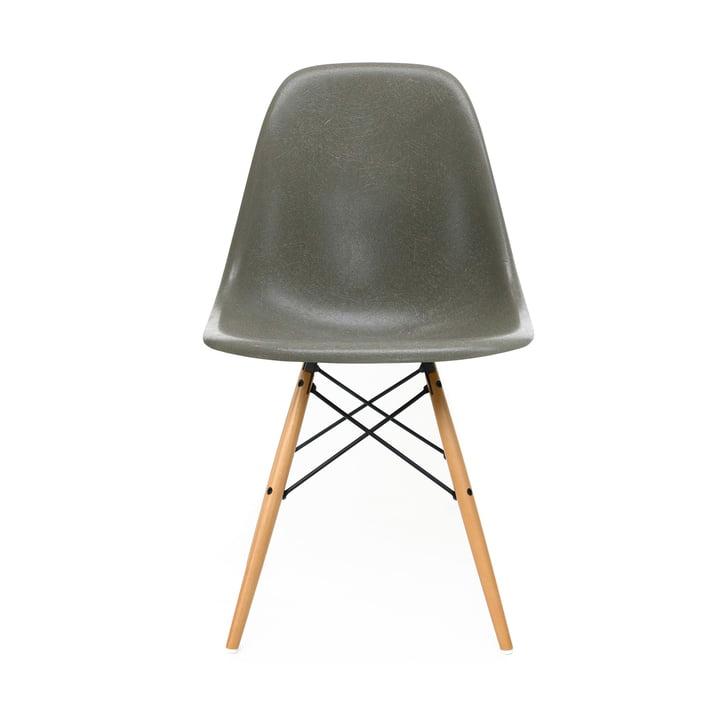 Eames Fiberglass Side Chair DSW von Vitra in Ahorn gelblich / Eames raw umber