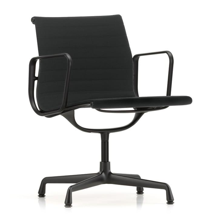 EA 107 Stuhl beschichtet tiefschwarz mit Armlehnen von Vitra in Hopsak nero (Filzgleiter)