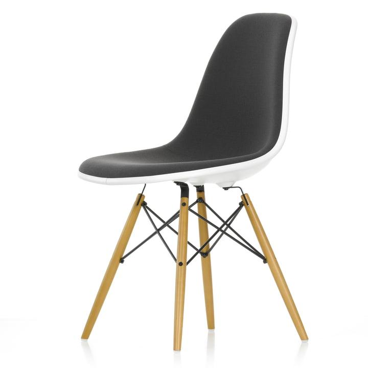Eames Plastic Side Chair DSW (H 43 cm) von Vitra in Ahorn gelblich / weiß, Vollpolster Hopsak dunkelgrau (05), Filzgleiter weiß