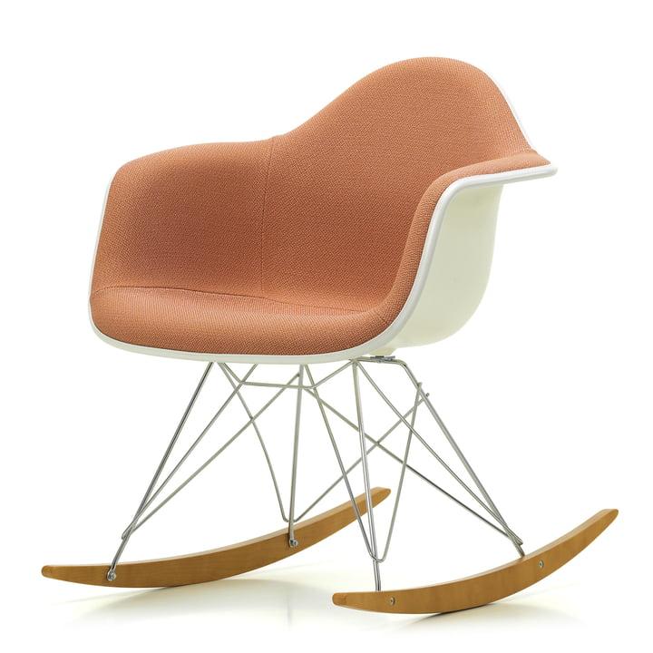 Eames Plastic Armchair RAR von Vitra in Ahorn gelblich / Chrom / Vollpolster Credo zartrosa / cognac / Sitzschale weiß / Keder weiß