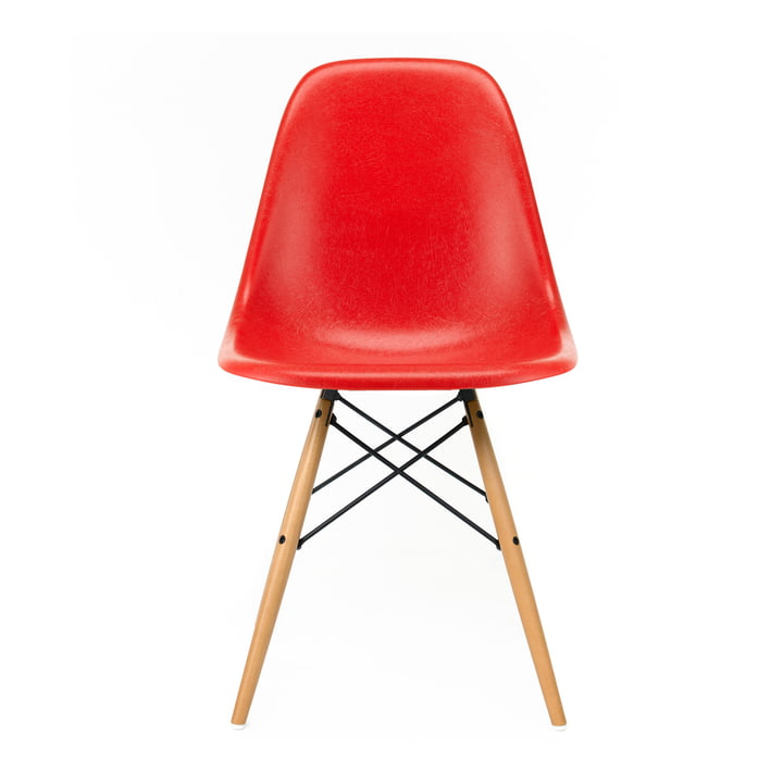 Eames Fiberglass Side Chair DSW von Vitra in Ahorn gelblich / Eames classic red