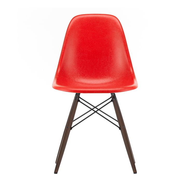 Eames Fiberglass Side Chair DSW von Vitra in Ahorn dunkel / Eames classic red