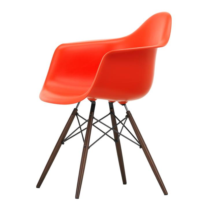 Eames Plastic Armchair DAW von Vitra in Ahorn dunkel / poppy red