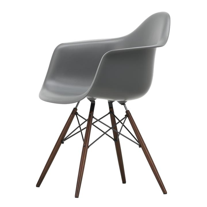 Eames Plastic Armchair DAW von Vitra in Ahorn dunkel / granitgrau
