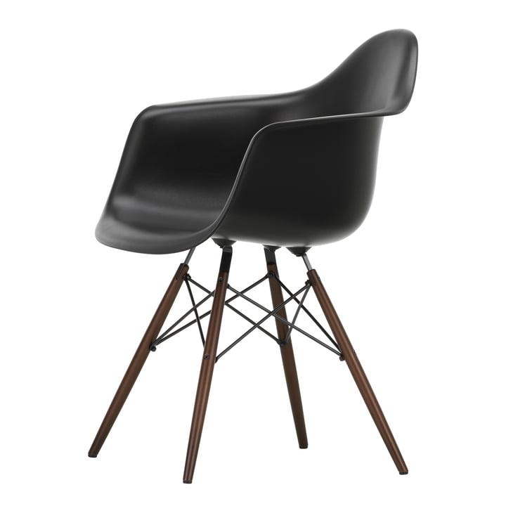 Eames Plastic Armchair DAW von Vitra in Ahorn dunkel / tiefschwarz
