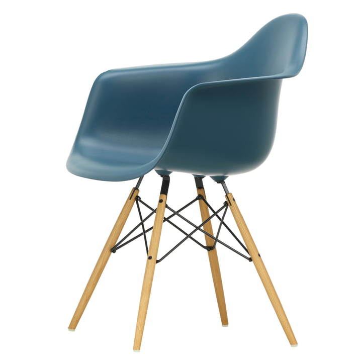 Eames Plastic Armchair DAW von Vitra in Ahorn gelblich / meerblau