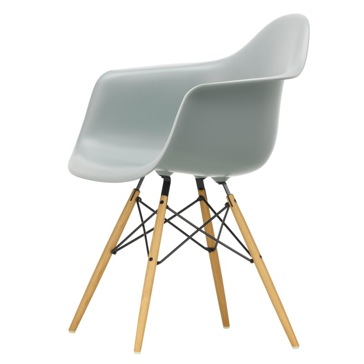 Eames Plastic Armchair DAW von Vitra in Ahorn gelblich / hellgrau