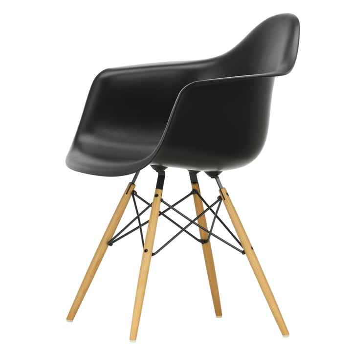 Eames Plastic Armchair DAW von Vitra in Ahorn gelblich / tiefschwarz