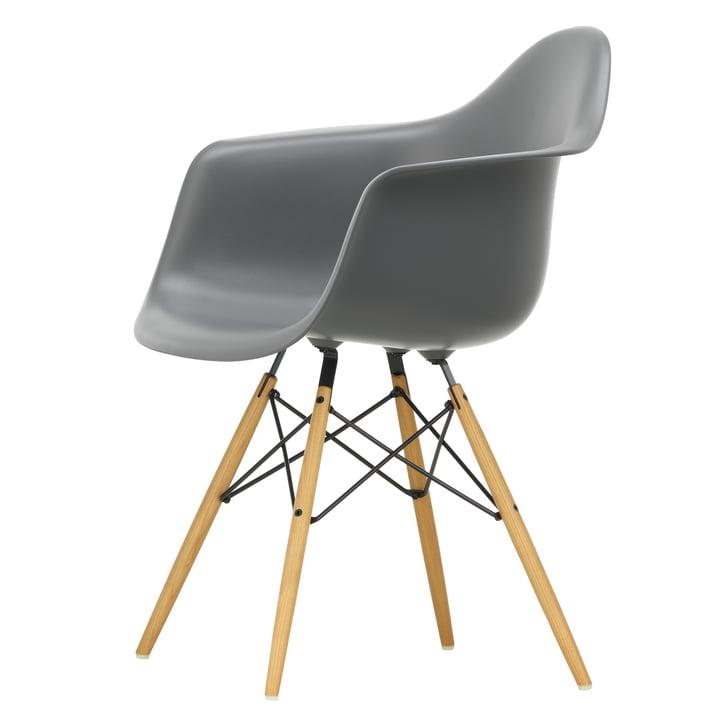 Eames Plastic Armchair DAW von Vitra in Ahorn gelblich / granitgrau