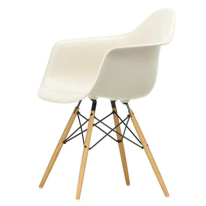 Eames Plastic Armchair DAW von Vitra in Ahorn gelblich / kieselstein