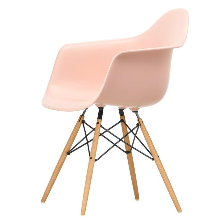 Eames Plastic Armchair DAW von Vitra in Esche honigfarben / zartrosé
