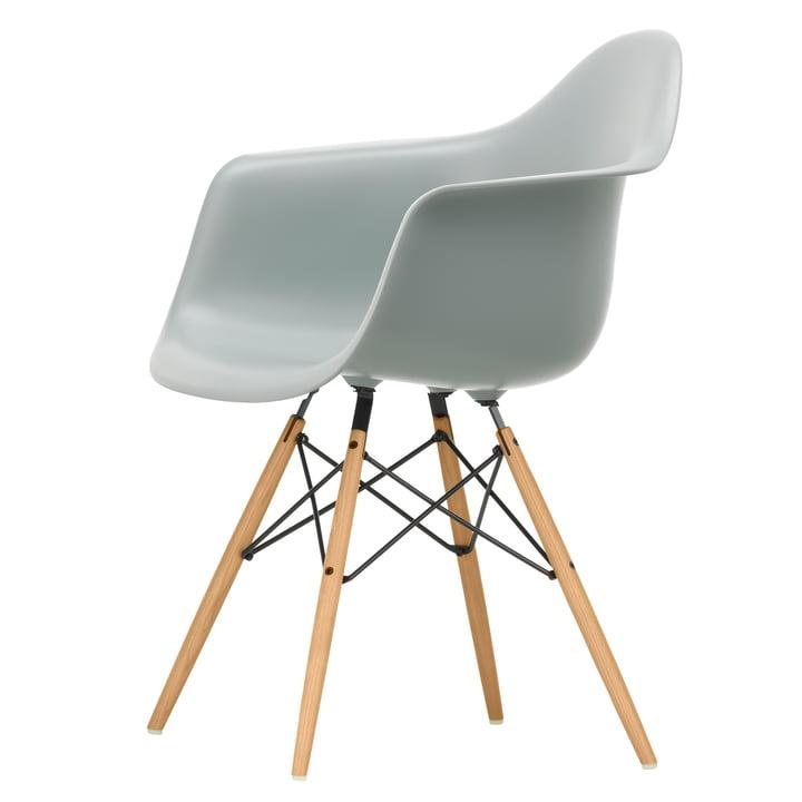 Eames Plastic Armchair DAW von Vitra in Esche honigfarben / hellgrau