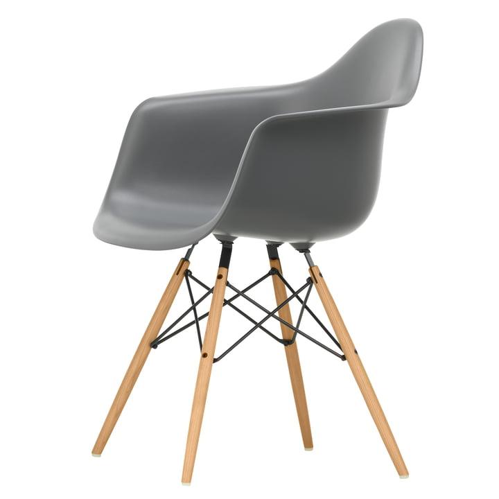 Eames Plastic Armchair DAW von Vitra in Esche honigfarben / granitgrau