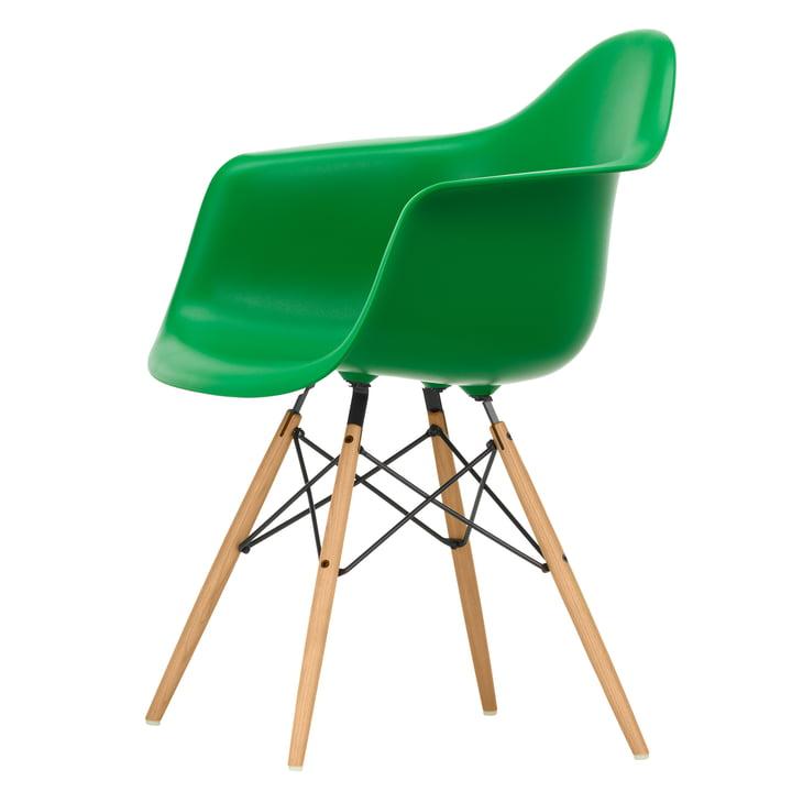 Eames Plastic Armchair DAW von Vitra in Esche honigfarben / grün