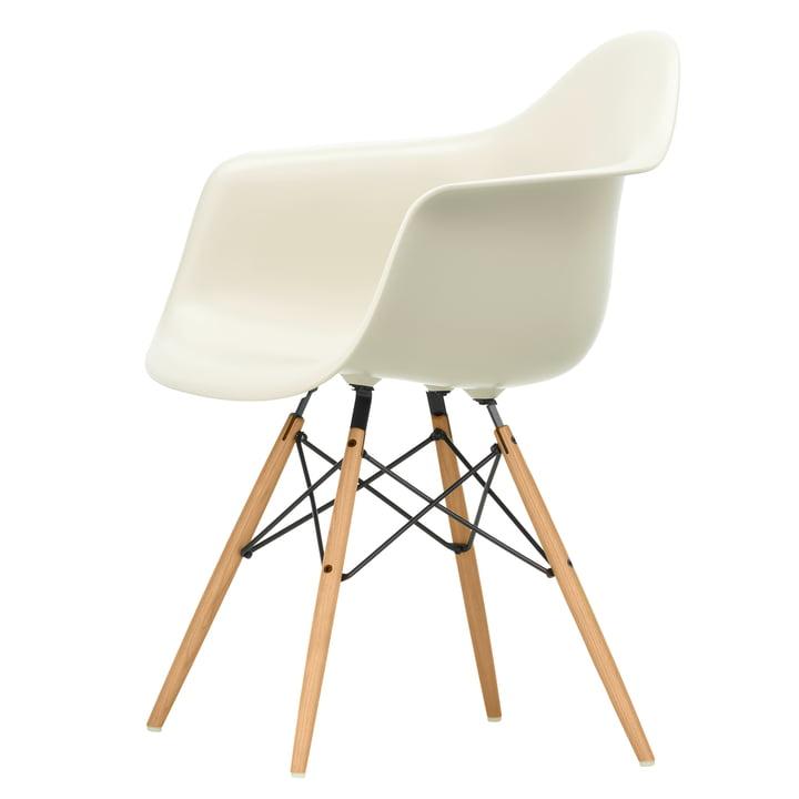 Eames Plastic Armchair DAW von Vitra in Esche honigfarben / kieselstein