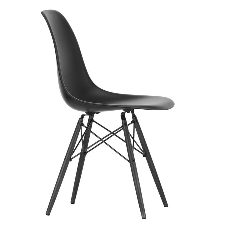 Eames Plastic Side Chair DSW von Vitra in Ahorn schwarz / tiefschwarz