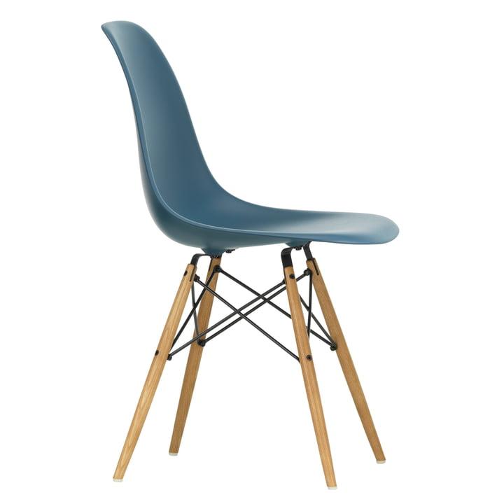 Eames Plastic Side Chair DSW von Vitra in Ahorn gelblich / meerblau
