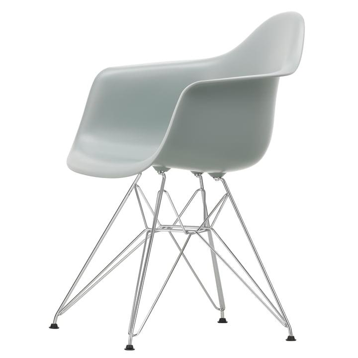 Eames Plastic Armchair DAR von Vitra in verchromt / hellgrau