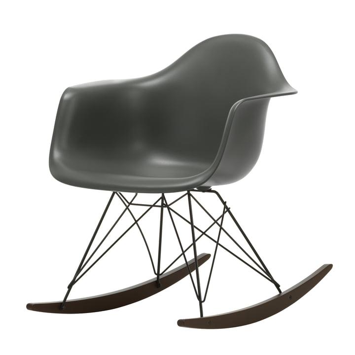 Eames Plastic Armchair RAR, Ahorn dunkel / granitgrau / tiefschwarz (Sitzhöhe: 37 cm) von Vitra