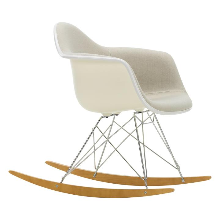 Eames Plastic Armchair RAR von Vitra in Ahorn gelblich / Chrom / Vollpolster Hopsak warmgrey/elfenbein / Sitzschale crème / Keder weiß