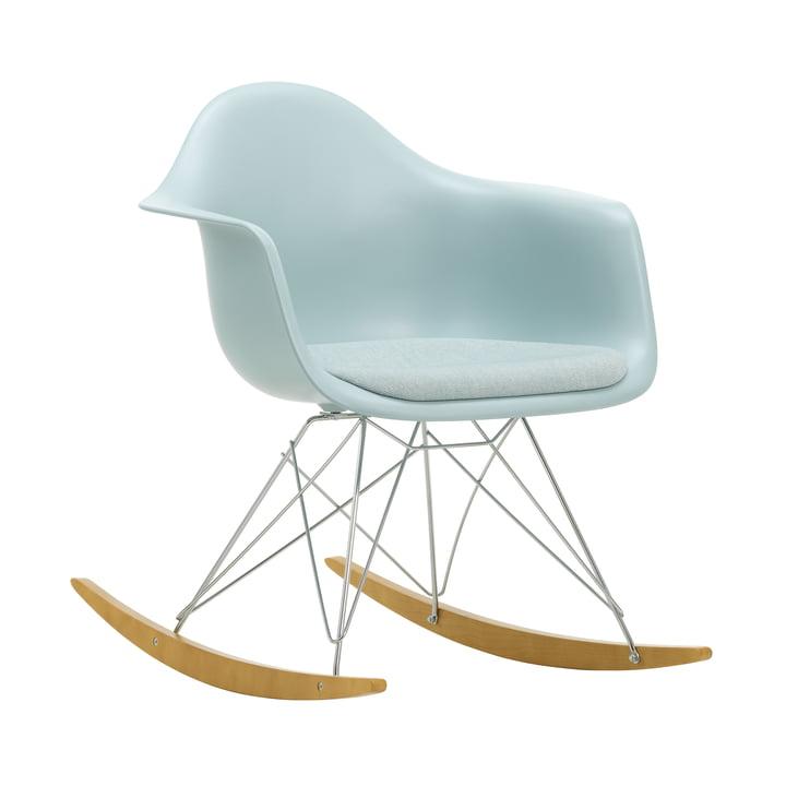 Eames Plastic Armchair RAR von Vitra in Ahorn gelblich / Chrom / Sitzpolster Hopsak eisblau/elfenbein / Sitzschale eisgrau