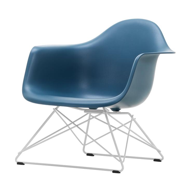 Eames Plastic Armchair LAR von Vitra in weiß / meerblau (Filzgleiter basic dark)
