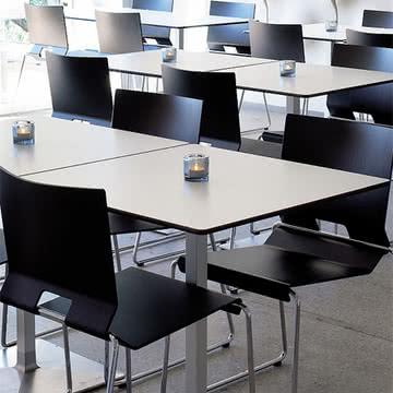 Der Level Tisch in Kombination mit dem Chair 69