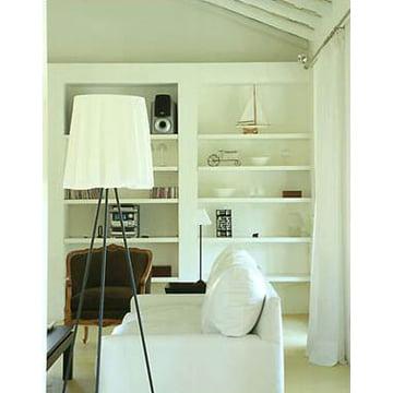 Rosy Angelis Stehlampe von Flos in weiß eingerichtetem Wohnzimmer