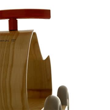 Das Rutschfahrzeug Sibis Max aus dampfgebogenem Holz