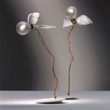 Fliegendes Design, das verzaubert - Ingo Maurer Lucellino Tischleuchte
