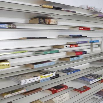 Das Paperback Regalsystem präsentiert die bunten Buchrücken