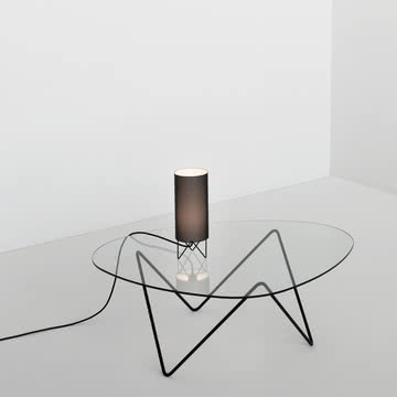 Ausgefeiltes Design, leichte Atmosphäre: Gubi Pedrera Couchtisch und Tischleuchte H2O