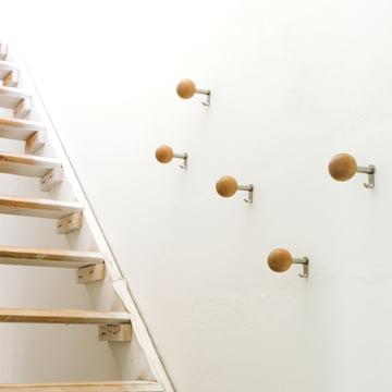 Die Schönbuch - Dots Wandhaken in Naturholz als Garderobe im Treppenaufgang