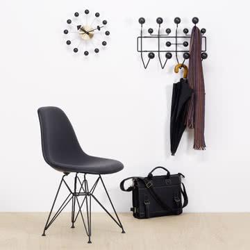 Hang it all Garderobe, Eames Plastic Side Chair DSR und Ball Clock von Vitra
