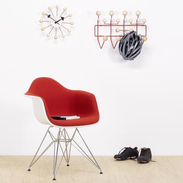 Eames Plastic Armchair DAR, Ball Clock und Hang it all Garderobe von Vitra