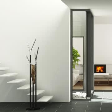 Frost - Wishbone Kleiderständer im Treppenhaus