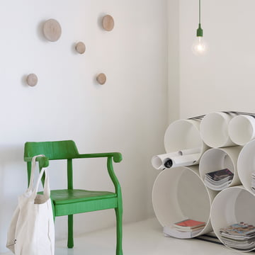Stilsicheres Ambiente mit Muuto The Dots und OTO 100 Regalsystem
