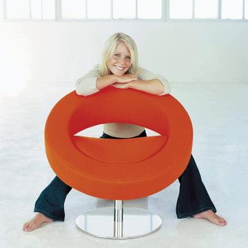 Softline - Hello Drehsessel, orange - Ambiente, mit Person