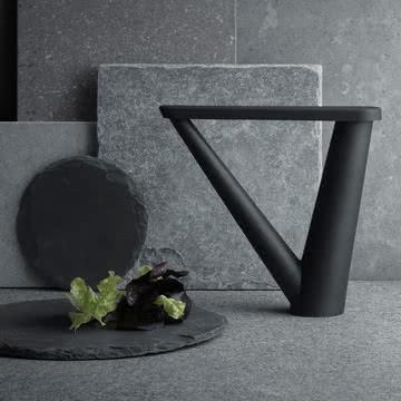 Der Aldo Bakker Ölspender von Georg Jensen ist in mattschwarzem Gussstahl ein skulpturales Highlight in Ihrer Küche.